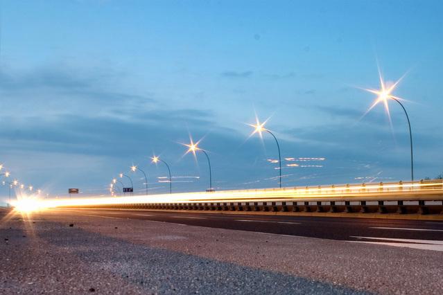 veřejné osvětlení na silničním mostě.jpg