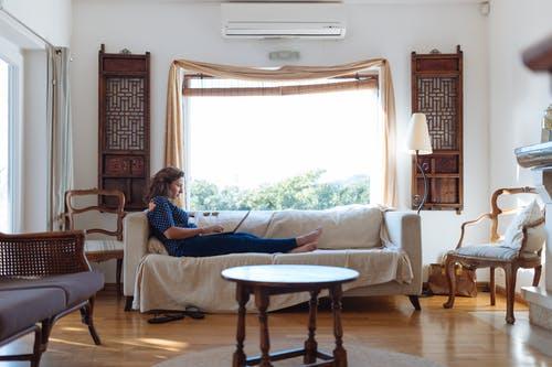 Jak by měl vypadat obývací pokoj – zařiďte si jej útulně a přitom prakticky
