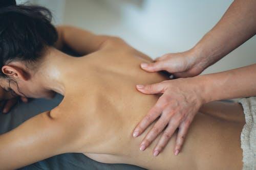 Odpočinek i vzrušení vjednom. Nezatracujte erotické masáže, raději je vyzkoušejte.